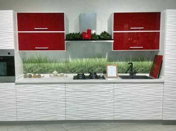 Кухонные шкафы 011 - 3Д фасад в сочетании с красным стеклом - вид спереди