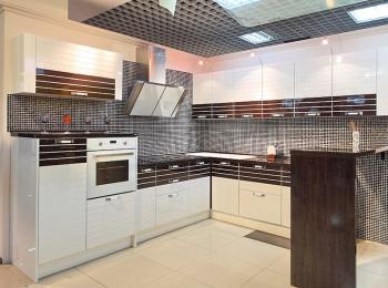 Кухонный шкаф Лигна 017 белый с коричневым в прямых линиях