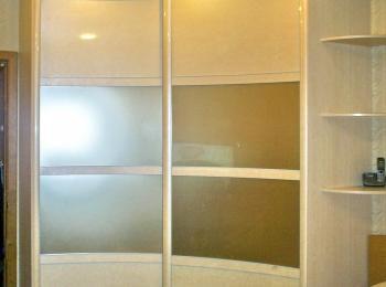 Радиусный шкаф-купе 008 вогнутый с полочками сбоку