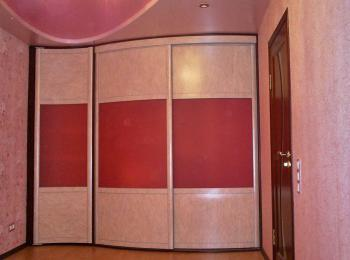 Радиусный шкаф-купе 010 в красных тонах