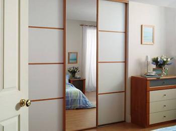 Встроенный шкаф купе 037 из трех створок с зеркалом
