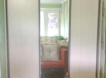 Шкаф-купе 051 простой с одной зеркальной дверцей