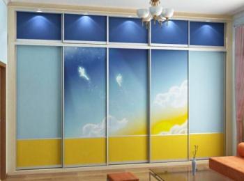 Встроенный шкаф купе 007 на 5 створок с антресолью и фотопечатью неба
