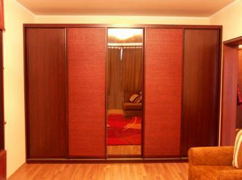 Шкаф-купе 013 в гостиной на всю стену с одной зеркальной створкой