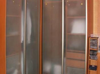 Угловой шкаф-купе 001 в комнате для хранения вещей с полупрозрачными створками