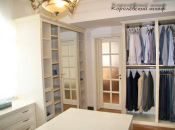 Шкаф-купе 090 двустворчатый с зеркалами и фризом в гардеробной