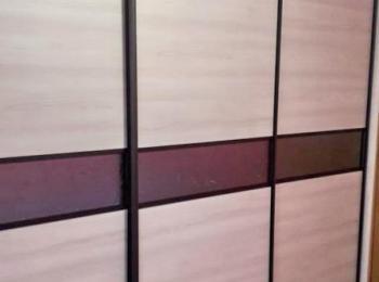 Шкаф-купе 102 с сатинированным стеклом вставками