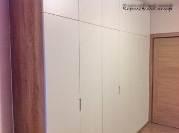 Распашной шкаф 139 с белыми дверками и утопленными ручками