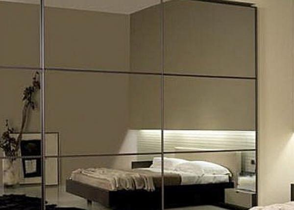 Шкаф-купе 004 с зеркальными дверями с полным остеклением в спальне