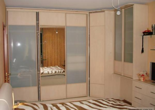 Шкаф-купе 016 для спальной комнаты в тонах беленого дуба