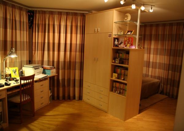 Распашной шкаф 139 с множеством полочек