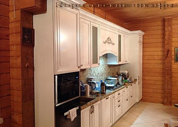 Кухонный шкаф 029 на даче белые шкафчики и мраморная столешница