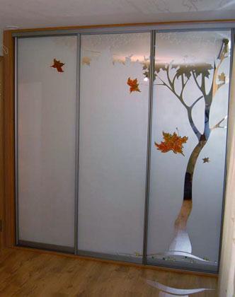 Шкаф-купе 002 с зеркальными дверями и рисунком фьюзинг